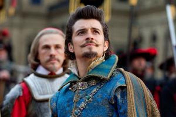 Najvýraznejší sú Christopher Waltz (vzadu) ako kardinál Richelieu a Orlando Bloom ako vojvoda z Buckinghamu.