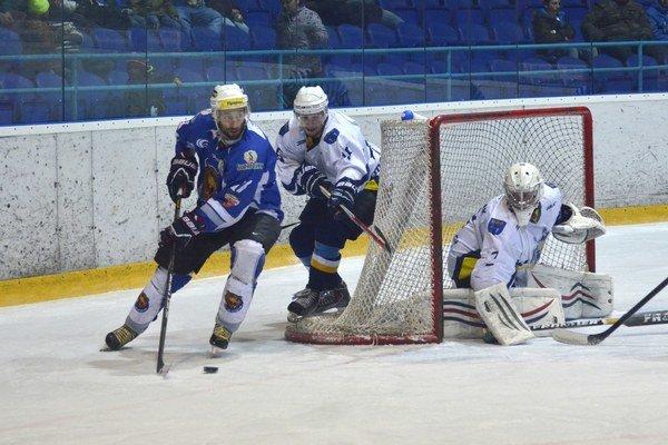 Na snímke sa hráč Detvy Branislav Srnka (v modrom) snaží presadiť cez brániaceho Mareka Nagya. V bráne kontroluje svoju pozíciu Robin Blažíček.