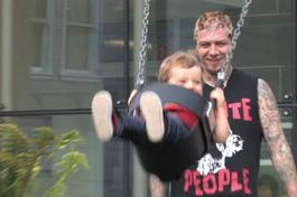 Lars Frederiksen z kapely Rancid s potomkom počas nakrúcania filmu The Other F Word.