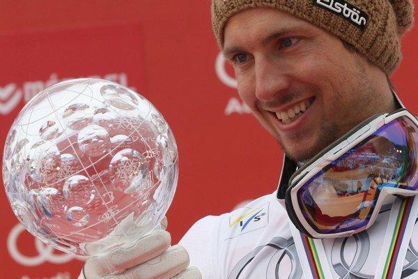 Marcel Hirscher drží v ruke malý krištáľový glóbus za celkové víťazstvo v hodnotení obrovského slalomu.