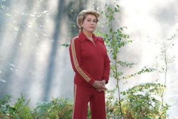 Catherine Deneuve dokazuje, prečo je herecká hviezda. Jej komunistického milenca hrá vo filme Profesionálna manželka Gérard Depardieu.
