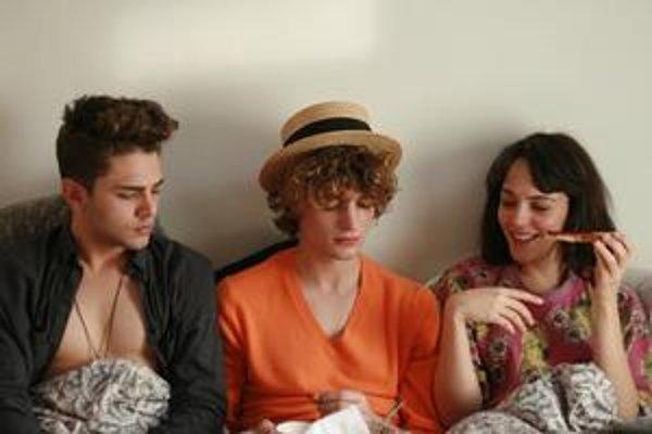 Ľúbostné trio z filmu Imaginárne lásky. Režisér Xavier Dolan je vpravo, v čase nakrúcania mal dvadsaťjeden rokov.