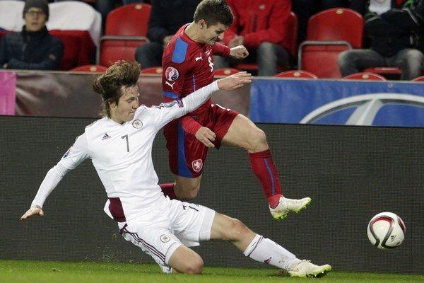 Lotyšský futbalista Janis Ikaunikes (vľavo) a český hráč Václav Pilař.