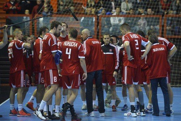 Slovenskí hádzanári zabojujú proti Lotyšom o prvé kvalifikačné body.