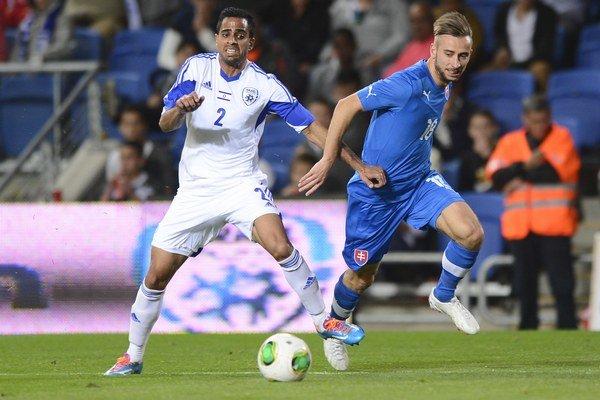 Dušan Švento (vpravo) bojuje o loptu s Eyalom Meshumarom počas vlaňajšieho priateľského zápasu medzi Izraelom a Slovenskom.