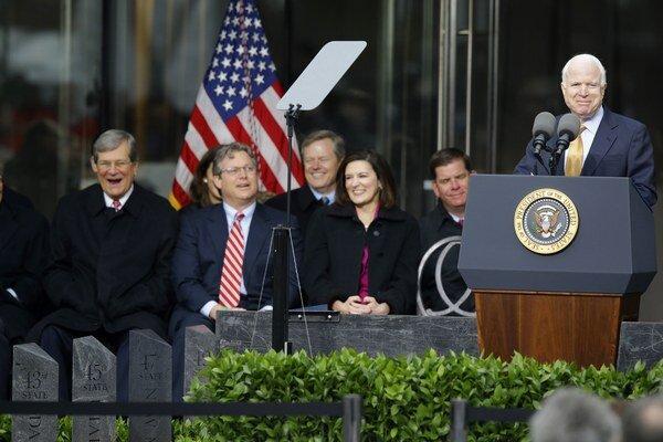 Americkí senátori sú proti tomu, aby Rusko organizovalo MS vo futbale v roku 2018. Jedným zo signatárov je aj John McCain (vpravo), senátor za štát Arizona. V roku 2008 bol súperom Baracka Obamu v prezidentských voľbách.