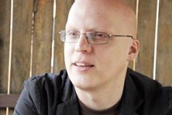 Narodil sa v roku 1977, vyrastal v Novej Dubnici. Vyštudoval strednú priemyselnú školu (odbor automatizácia). Po presťahovaní sa do Bratislavy písal recenzie na hudbu pre cdshop.sk, neskôr nastúpil do známeho internetového magazínu inzine.sk. Po troch rok
