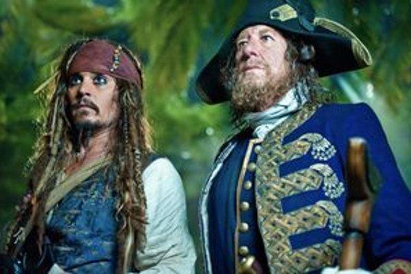 Johnny Depp (vľavo) sa po štvrtýkrát vracia ako kapitán Jack Sparrow.