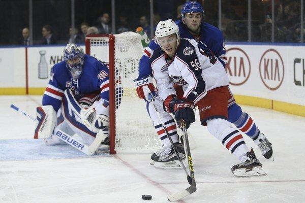 Dvadsaťročný útočník Columbusu Marko Daňo (s číslom 56) sa pred bránou Henrika Lundqvista pokúša presadiť cez obrancu Keitha Yandla z New Yorku Rangers.