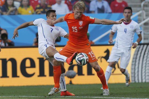 Dirk Kuyt (v strede) v zápase medzi Holandskom a Čile na MS vo futbale 2014.