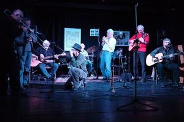 Naivný jazz sa nebráni ani prítomnosti profesionálov, ako je napríklad Fedor Frešo (tretí zľava).