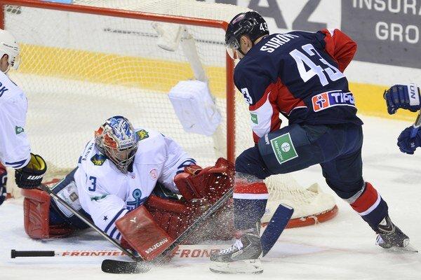 Center Slovana Tomáš Surový teraz nastupuje v obrane.