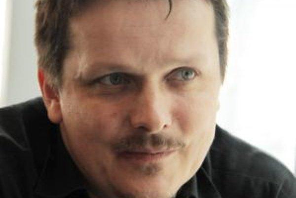 Narodil sa v roku 1970 v Jičíne. Vyštudoval činoherné herectvo na DAMU. Od štrnástich hral v amatérskom divadle, neskôr nastúpil do Východočeského divadla v Pardubiciach. Jeho vlastné meno je Michal Novotný, keďže však mal v divadle viacerých menovcov, vy