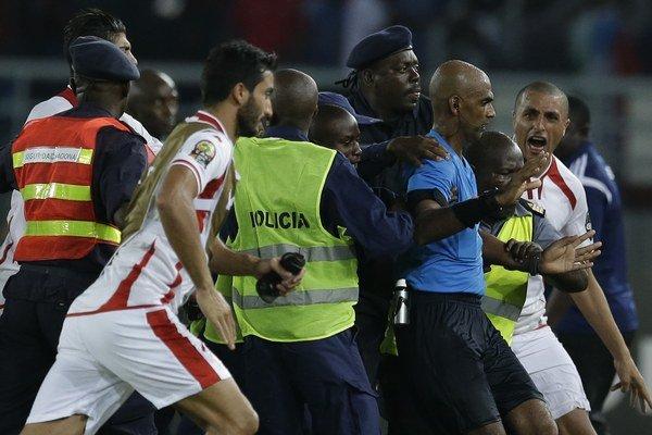 Rozhodcu Rajindraparsada Seechurna chráni pred hráčmi Tuniska ochranka.