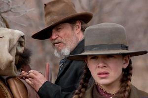 Oscarový herec Jeff Bridges a Hailee Steinfeld vo filme bratov Coenovcov Skutočná guráž. Do našich kín príde 17. februára.