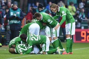 Futbalisti Werderu Brémy sa tešia z gólu do siete Bayeru Leverkusen.
