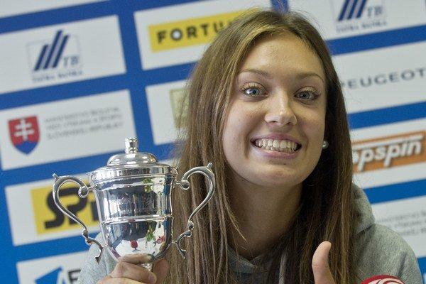 Tereza Mihalíková pózuje s trofejou po zisku titulu v juniorskej dvojhre na Australian Open.