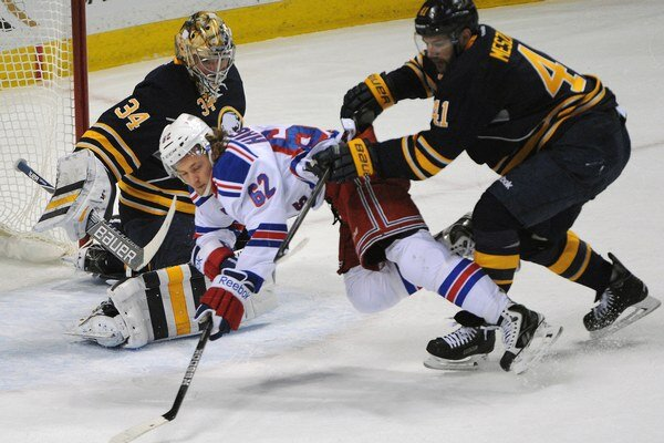 Andrej Meszároš (vpravo) sa snaží zastaviť útočníka New Yorku Rangers Carla Hagelina. Buffalo zápas prehralo 1:3.