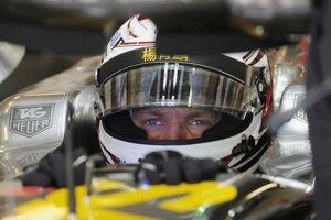 Fín Valtteri Bottas v monoposte Williams v boxoch počas prvého voľného tréningu na okruhu Yas Marina v Abú Zabí v Spojených arabských emirátoch 21. novembra 2014.