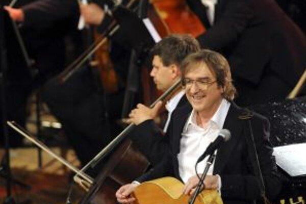 Meky Žbirka už spieval s orchestrom. Vlani v Obecnom dome v Prahe, predtým aj v Slovenskej televízii. To však boli jednorázové projekty. Teraz ide na turné po dvanástich mestách.