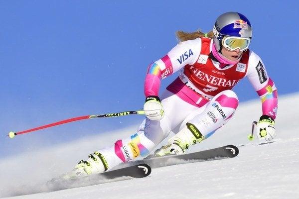 Dostatok snehu majú lyžiari v Amerike. Lindsey Vonnová na trati zjazdu v Lake Louise.