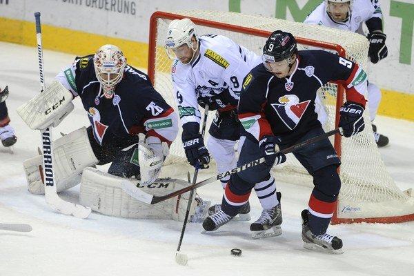 Zľava brankár Slovana Johan Backlund, Bill Thomas (Záhreb) a Štefan Ružička (Slovan) 12. novembra 2014 v Bratislave.