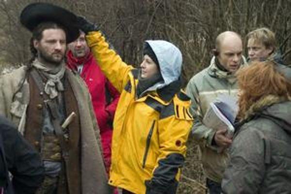 Herec v hlavnej úlohe Marko Igonda a režisérka Mariana Čengel Solčanská pri nakrúcaní Legendy o lietajúcom Cypriánovi.