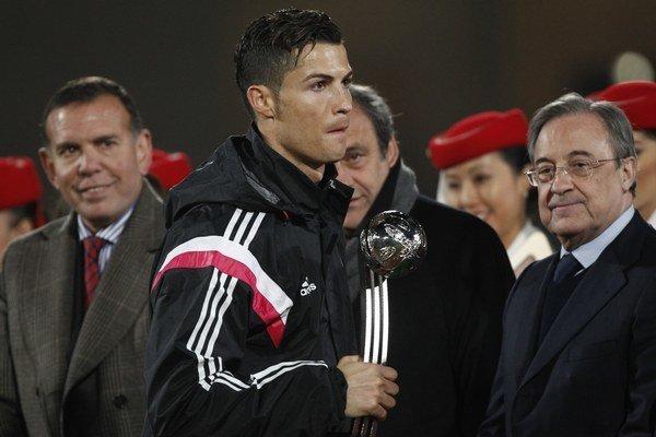 Cristiano Ronaldo a za ním Michel Platini.