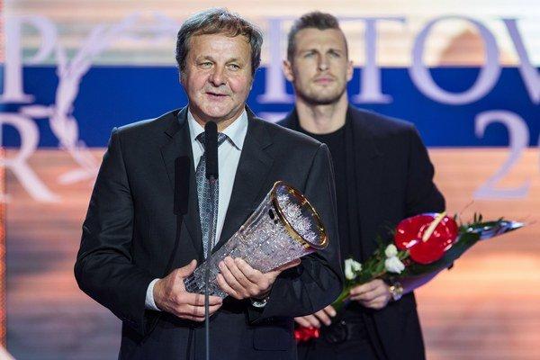 Tréner Ján Kozák a za ním je reprezentant Ján Ďurica.