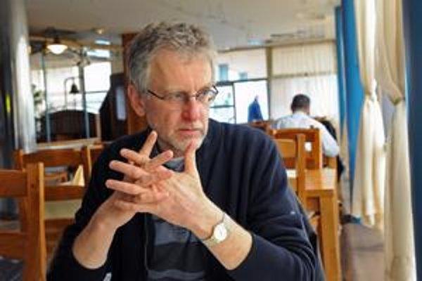 Peter Brabenec (1951) po štúdiu na FFUK v Bratislave prekladal zo španielčiny a francúzštiny. Od roku 1981 žije v Paríži, kde študoval tri roky na Sorbonne. Pracoval vo francúzskej Národnej knižnici, neskôr v parížskom Dome poézie ako literárny poradca a