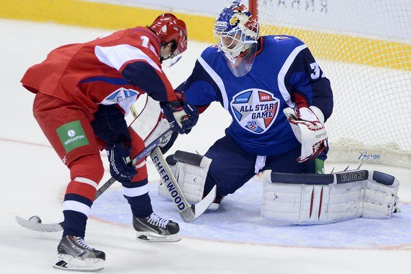 Na snímke vpravo Jaroslav Janus (Západ) a vľavo Denis Paršin (Východ) počas Zápasu hviezd KHL v bratislavskej Slovnaft aréne 11. januára 2014.