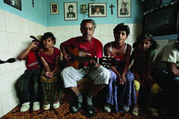 Hudba a spev sa udržiavajú a učia v rodine, tak ako je to u Dreveňákovcov z Bardejova.