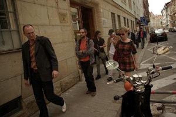 Filmári prichádzajú na zasadanie Rady Audiovizuálneho fondu. V popredí Róbert Kirchhoff, Marek Šulík a Zuzana Piussi.