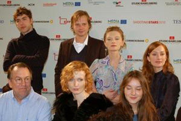 Na Berlinale sa predstavili herecké hviezdy zajtrajška (Shooting Stars), medzi nimi aj  český herec Kryštof Hádek (v hornom rade druhý zľava), členkou poroty bola aj česká herečka Aňa Geislerová  (v strede dolného radu), ktorá túto cenu dostala v roku 200
