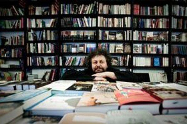 Vladimír Michal (1961) sa narodil v Banskej Štiavnici, ale prvých osemnásť rokov života prežil v Žiline. Vyštudoval elektrotechniku, po revolúcii založil sieť predajní Artforum.