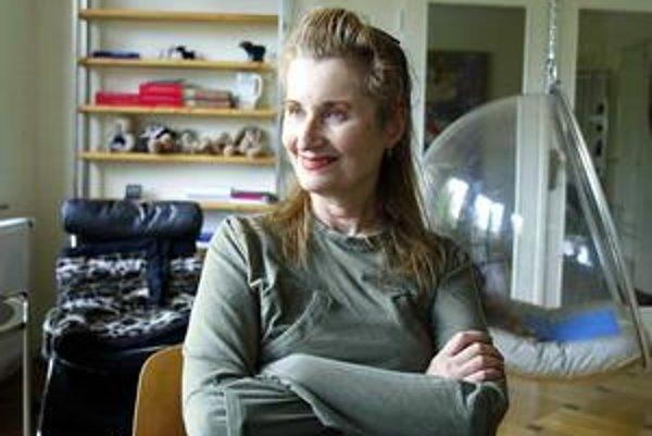 Elfriede Jelinek (1946) vyrastala vo Viedni. Matka jej plánovala kariéru zázračného hudobného dieťaťa, otec zomrel na ťažkú psychickú chorobu, keď mala krátko po dvadsiatke. Na literárnej scéne debutovala zbierkou básní v roku 1967. Píše prózu, publicisti