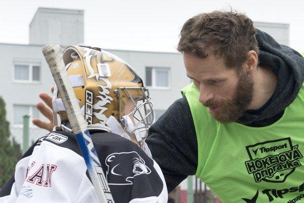 Michal Handzuš sa rozpráva s brankárom hokejbalového tímu na Základnej škole Holíčska v Petržalke.