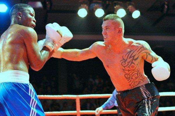 Tomi Kovács (vpravo) a Hamzo Wander (Uganda) bojujú o titul WBF v rámci vyvrcholenia trnavského galavečera o opasok šampióna boxerskej organizácie WBF (World Boxing Federation) v ťažkej váhe. Trnava.