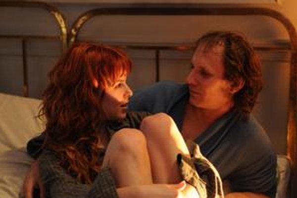 Kristína Farkašová a Martin Finger ako Klára a jej milenec – disident v českom filme Pouta. Agenta Štb hrá Ondřej Malý a jeho kolegu Lukáš Latinák.