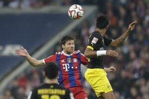 Xabi Alonso z Bayernu a Pierre-Emerick Aubameyang z Dortmundu (vpravo).