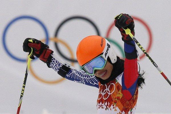 Na archívnej snímke z 18. februára 2014 svetoznáma huslistka Vanessa Mae, ktorá reprezentuje Thajsko v slalome ako Vanessa Vanakornová, sa raduje po 1. kole obrovského slalomu na ZOH v Soči.
