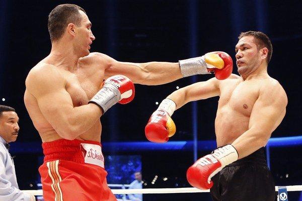 Bulharský boxer Kubrat Pulev (vpravo) a ukrajinský majster sveta IBF, WBA, WBO a IBO Vladimir Kličko.