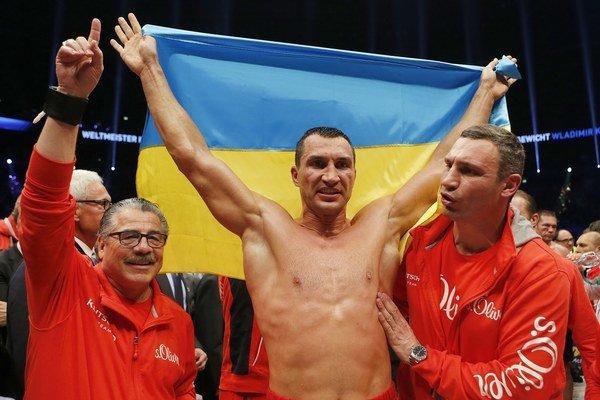 Viťazné gesto Vladimira Klička (v strede) po víťazstve nad Bulharom Kubratom Pulevom. Vpravo Kličkov brat Vitalij.