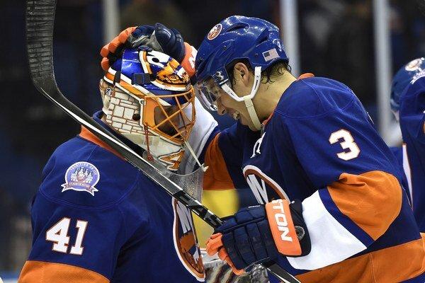 Jaroslav Halák prijíma gratuláciu od spoluhráča Travisa Hamonica, obrancu New Yorku Islanders.