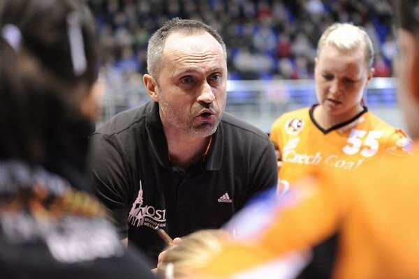 Tréner slovenských hádzanárok Dušan Poloz.