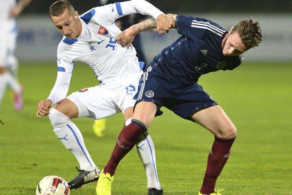 Na snímke vľavo Adam Zreľák a Jordan McGhee (Škótsko) bojujú o loptu v zápase 3. kvalifikačnej skupiny ME21 2015 Slovensko - Škótsko v Senci 4. septembra (1:1).
