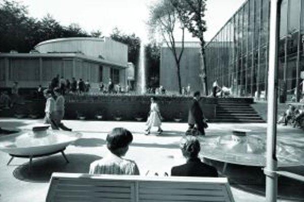 Oddychový priestor v areáli československého pavilónu, vľavo je reštaurácia