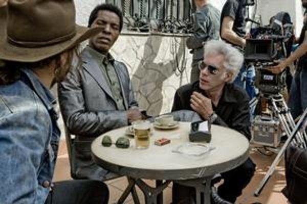 Jim Jarmusch (kľačiaci) rozoberá scénu s Isaachom Bankolém v hlavnej úlohe. Vľavo sedí Gael García Bernal.