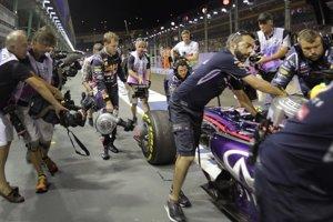 Nemecký jazdec Sebastian Vettel z tímu Red Bull chladí brzdy svojho monopostu počas prvého voľného tréningu na Veľkú cenu Singapuru.