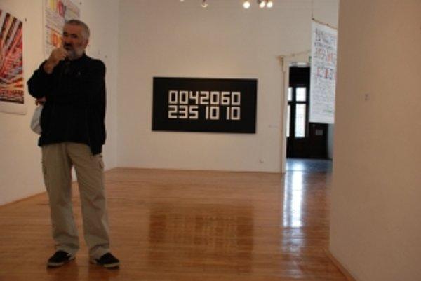 Pohľad do expozície, v popredí jeden z vystavujúcich Bllažej Baláž